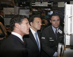 At the New York Stock Exchange, NYSE CEO John Thain (left) and President Barroso (center) visit a trader.  (Photo: NYSE)