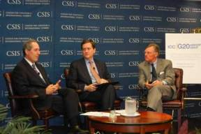Michael Froman (left) and USCIB Chairman Terry McGraw (right), with Matt Goodman of the Center for Strategic and International Studies, at a 2012 briefing in Washington